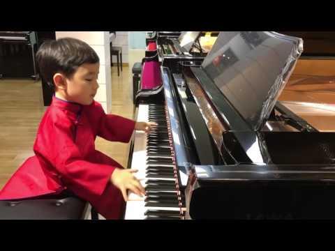 ילד בן 5 מנגן על פסנתר כמו מקצוען