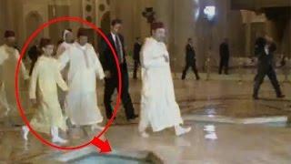الامير مولاي رشيد ينقذ مولاي الحسن من السقوط في بركة مياه بمسجد الحسن الثاني