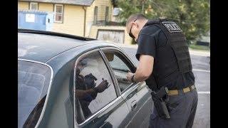 Друзья увидели в соседней машине девушку и вызвали полицию. Все вот почему