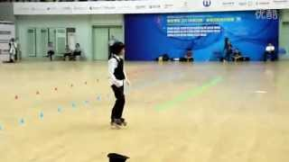 Video : China : Rollerblading girl - video