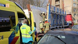 Vrachtwagenchauffeur overleden na beknelling tussen betonnen muren in Vinkeveen