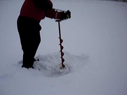 La pesca sullultimo ghiaccio su una picca di video