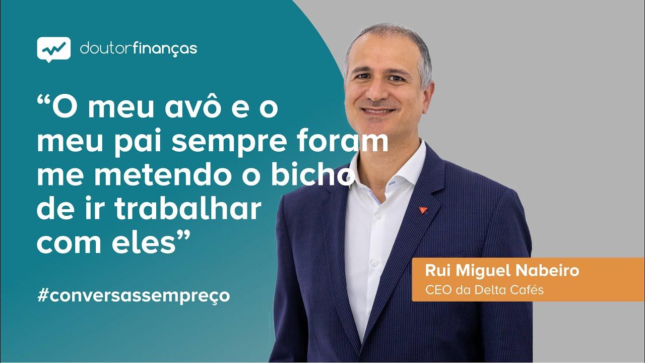 Imagem de um pc portátil onde se vê o programa Conversas sem Preço com a entrevista a Rui Miguel Nabeiro, CEO da Delta Cafés