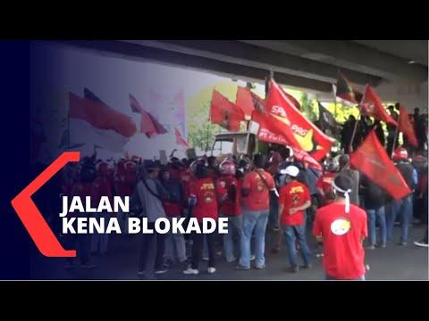 demo uu cipta kerja di kolong jembatan layang makassar jalan diblokade