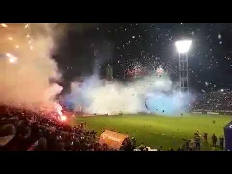 """""""Impresionante recibimiento de los hinchas a Alvarado en la final"""" Barra: La Brava • Club: Alvarado"""