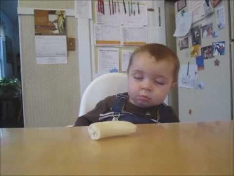 dể thương ứa chịu nổi Bé vừa ăn chuối vừa ngủ gục :X
