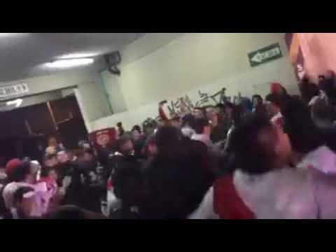 """""""LA BANDA DEL BASURERO EN EL GALLINERO"""" Barra: La Banda del Basurero • Club: Deportivo Municipal"""