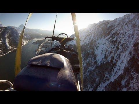 קפיצה מדהימה מצוק על גבי אופנוע שלג