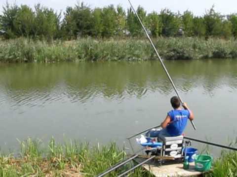 La pesca nella caduta su una picca dalla costa