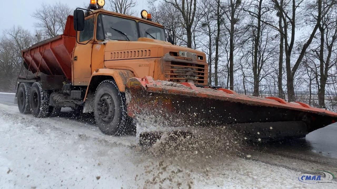 Дорожники продовжують боротись з наслідками снігопаду.