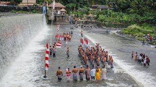 Ingatkan Pesan Kebinekaan dan Menjaga Lingkungan, Warga Gelar Upacara di Sungai Unda