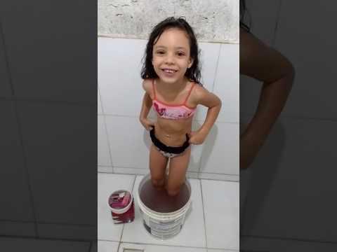 Evelyn tomando banho de balde 😂😂