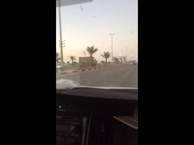 سائق شاحنة متهور في محافظة أملج يعكس الطريق