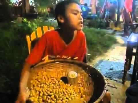 Mưa Thủy Tinh nghe rất hay và cảm động bới giọng ca của một cậu bé bán lạc