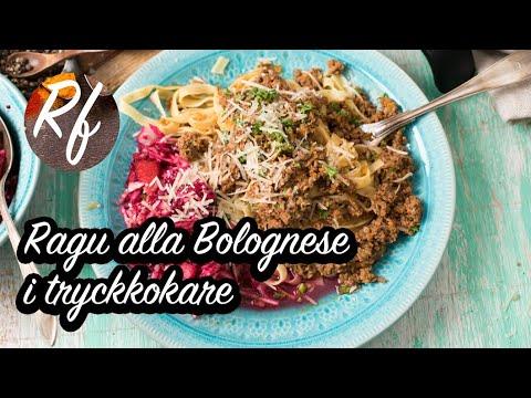 En Italiensk köttfärssås som vanligtvis kokas flera timmar tar lite runt 40 minuter i tryckkokaren. En klassisk enkel men genialt god ragu alla Bolognese med nötfärs, fläskfärs, lök, selleri, morot, tomatpuré, rödvin och mjölk.>