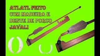 Propulsor de lanças artesanal (atlatl) feito co madeira e dente de javali.