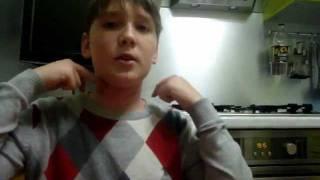 Талантливый фокусник достает нитку прямиком из шеи - видео онлайн