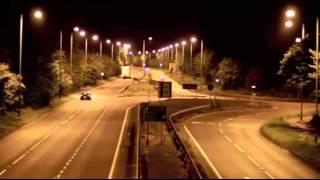 Смотреть онлайн Ниссан Скайлайн дрифтует на ночной трассе