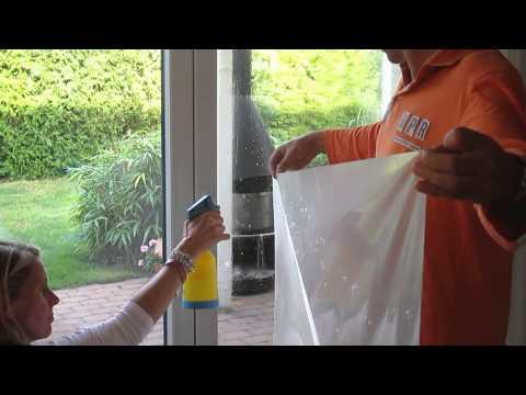 Fensterfolie anbringen. Leichtes montieren durch Nassverkleben