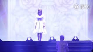 """张杰未LIVE巡回演唱会 年度收官成都站第二场 谢娜 担任嘉宾,在张杰演唱《第一夫人》时出现在舞台上,两人一起跳舞,结束时张杰说,""""谢谢我的妻子娜娜"""""""