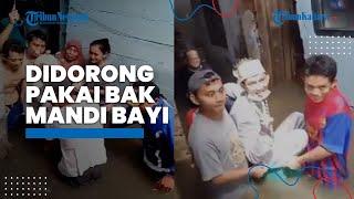 Detik-detik Pasangan Pengantin Didorong Pakai Bak Mandi Bayi karena Terkepung Banjir
