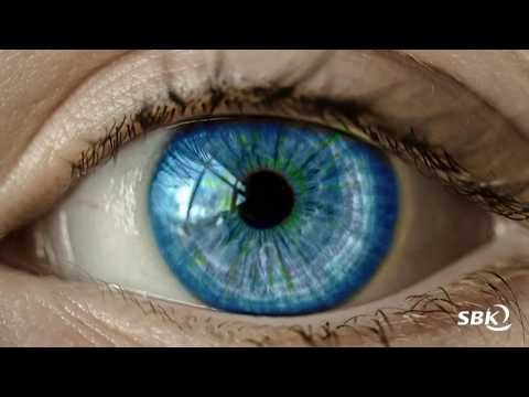 Die Maske für die Augen gegen die blauen Flecke