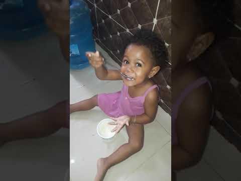 Wilmerys mi hija comiendo arroz a las 7:30 am pero ella dice que eso es cocon
