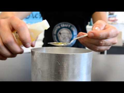 Δείτε βήμα βήμα πως να μετατρέψετε μια απλή σφαίρα κεριού σε παιχνιδιάρικη χιονόμπαλα