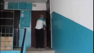 Вите надо выйти))прикол пьяный мужик упал с лестницы