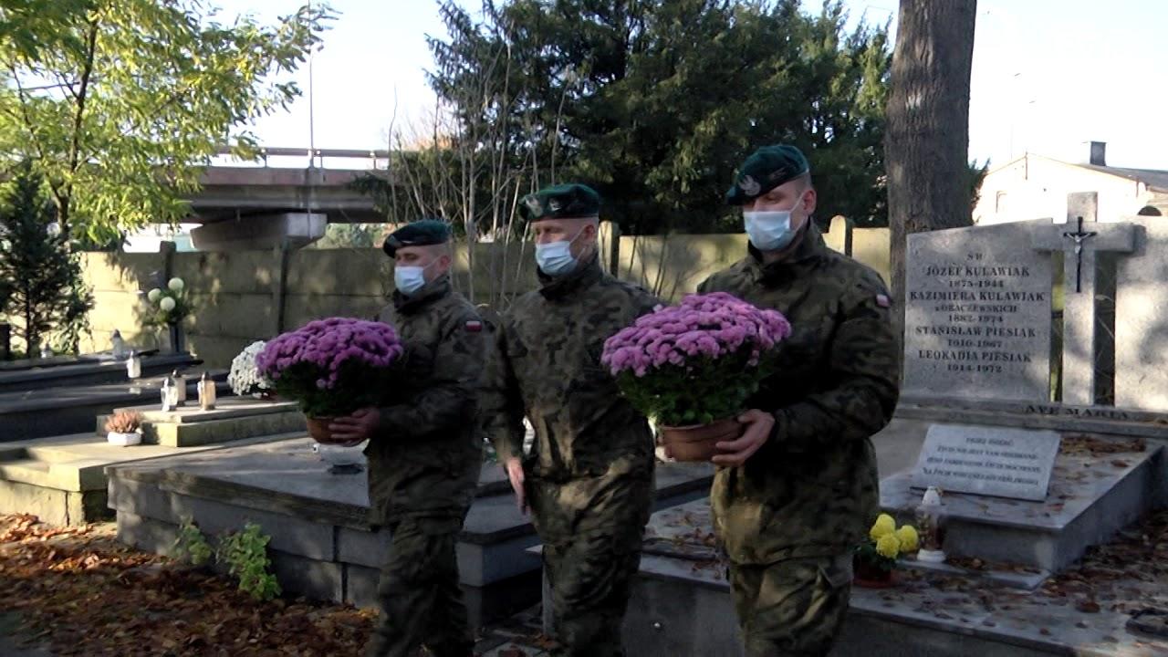 Żołnierze pamiętają o zmarłych
