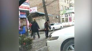 В Бишкеке парень ходит с ведром для плевков? Видео из соцсетей