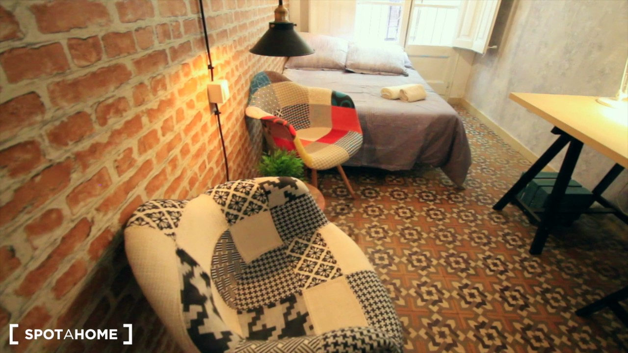 Cozy room with standalone wardrobe in shared apartment, Barri Gòtic