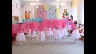 Смотреть онлайн Маленькие девочки танцуют в детском саду для своих мам