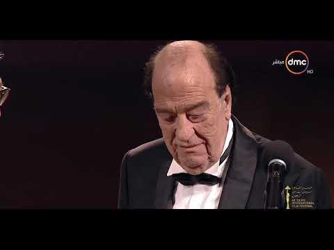 """حسن حسني يمازح جمهور """"القاهرة السينمائي"""" لحظة تكريمه"""