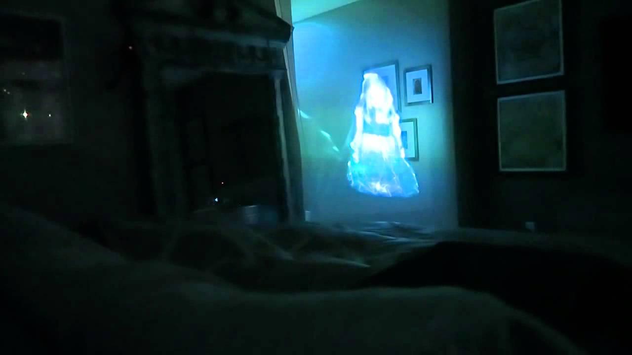 Die Freundin mit einem fiesen Geister-Hologramm wecken