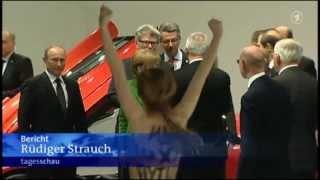 Putin gives thumbs up for FEMEN Путин дает большие пальцы для Фемен