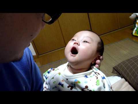 Çinli bebek babasıyla konuşuyor