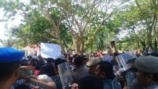 Ricuh! Mahasiswa dan Masyarakat Kalumpang Raya Unjuk Rasa di Kantor Gubernur Sulbar