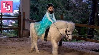 Эльза верхом на пони. Дети и пони. Конный спорт для детей Испания