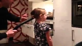 папа делает хвостик свое дочке