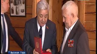 Фарид Мухаметшин вручил ветерану войны почетный знак «За вклад в развитие парламентаризма»