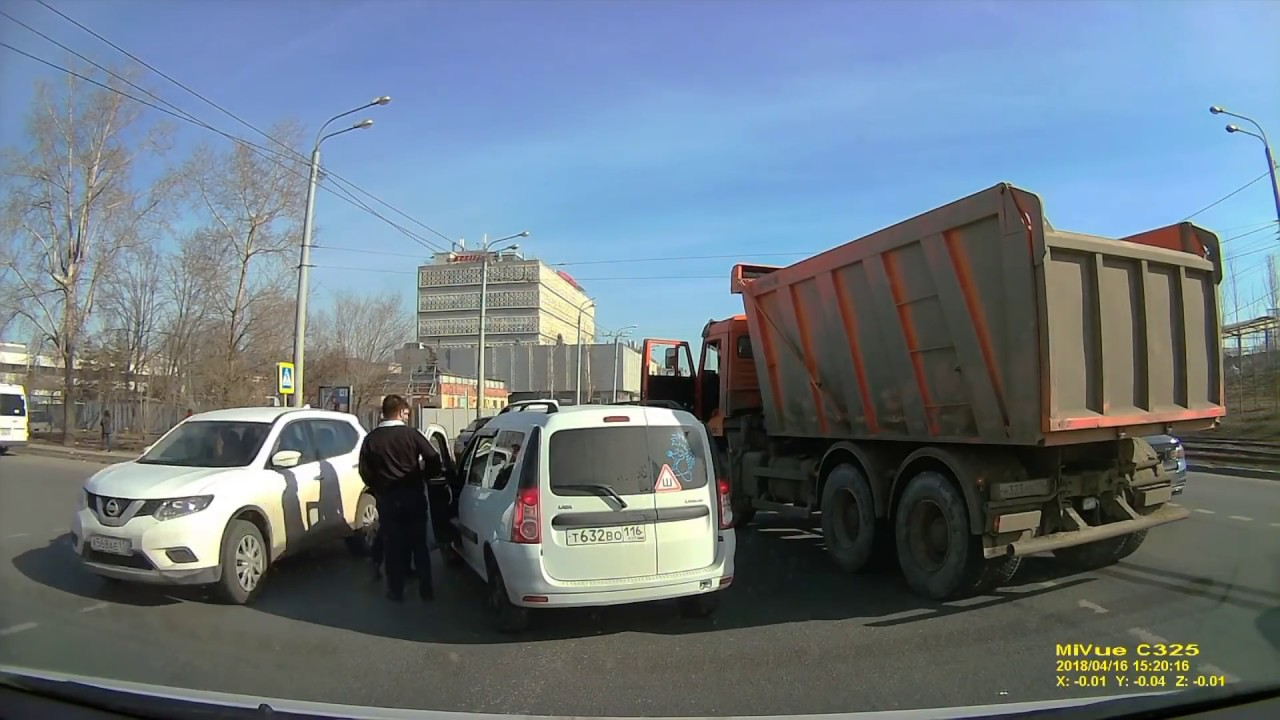 "LADA Largus и ""Камаза"" не поделили дорогу в Казани"