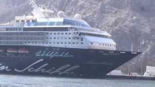 preview picture of video 'Ausflug Khasab Oman Traditionelle Bootsfahrt durch die Fjordwelt Hafen Mein Schiff 2 vom Meer aus'