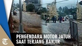 Video Pengendara Motor Terperosok seusai Terjang Banjir di Jalan Menanjak, Pembonceng Tewas Terseret