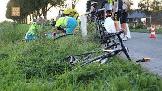 Groep wielrenners geschept op rijbaan Bovendijk Wilnis
