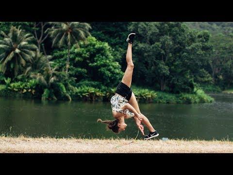 Лучшая в мире прыгунья скачет на скакалке