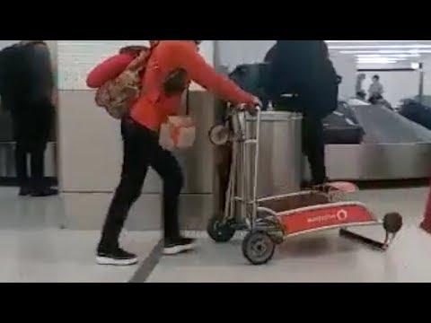 Usa il carrello dei bagagli al contrario: la gaffe in aeroporto diventa virale