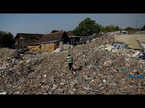 العرب اليوم - شاهد: دخل خيالي لسكان قرية إندونيسية من فرز النفايات