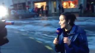 Смотреть онлайн Девушку-журналистку сбила с ног огромная волна
