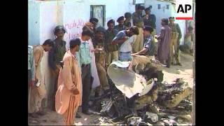 Pakistan - Air Force plane crashes onto homes